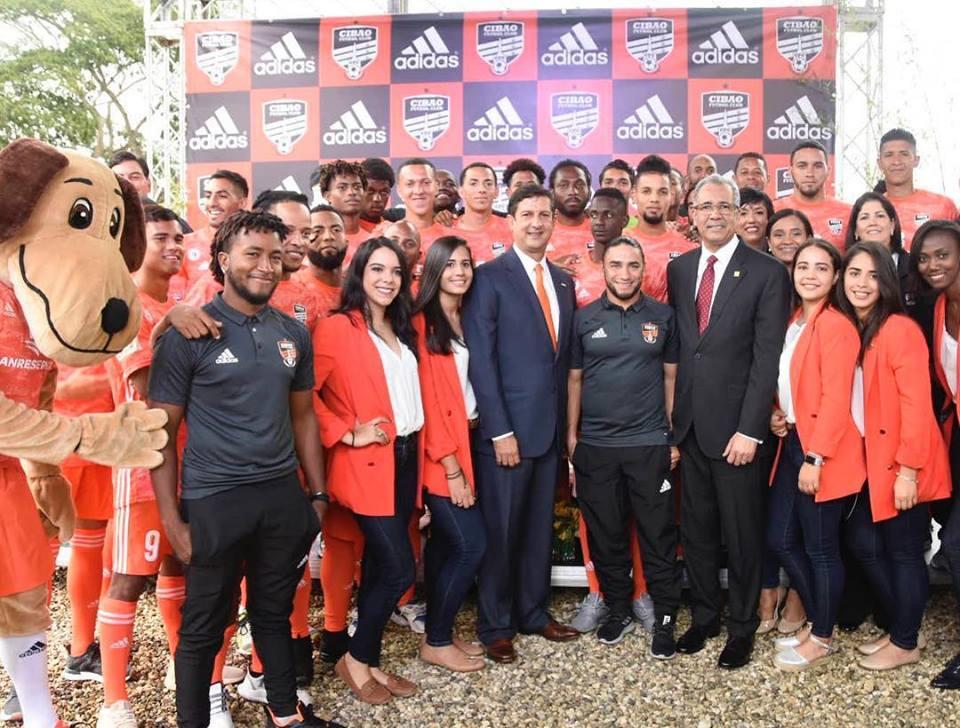 Jugadores de Cibao FC y ejecutivos del Banco de Resevas