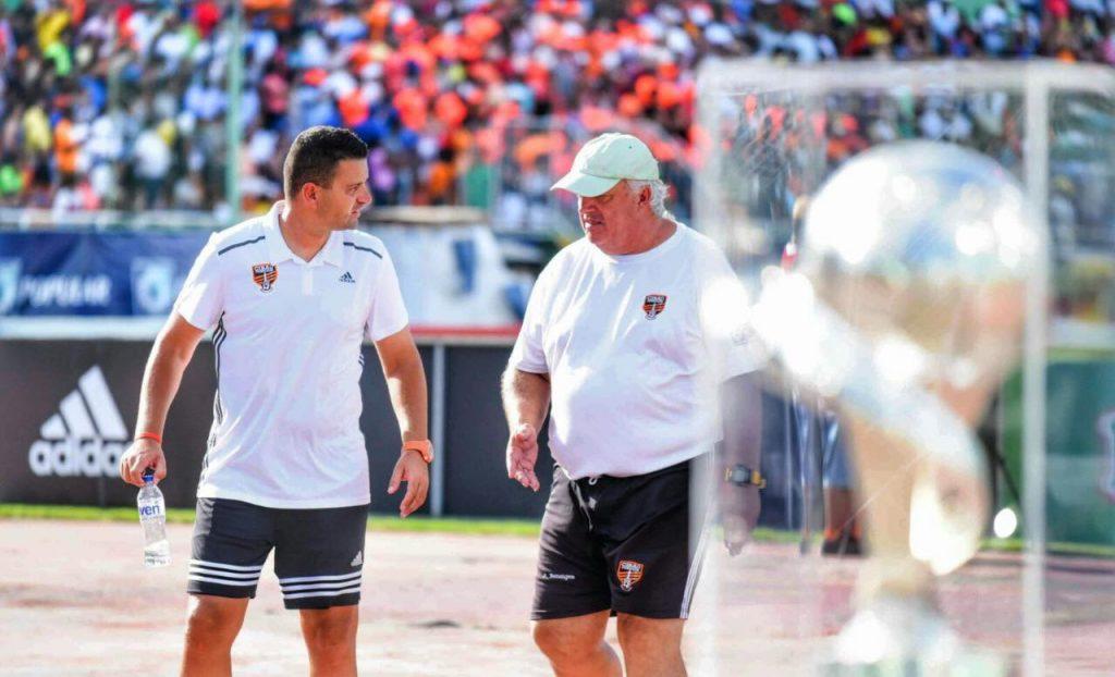 Oliver Mendoza recibe instrucciones de Albert Benaiges en la final de la LDF frente a Barcelona Atlético