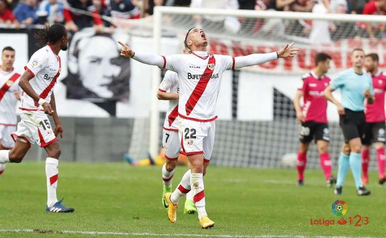 Raúl de Tomás celebrando uno de los goles que ha anotado con el Rayo esta temporada