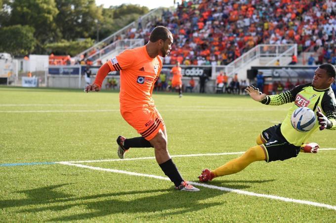 Jonathan Faña anota un gol jugando para Cibao FC