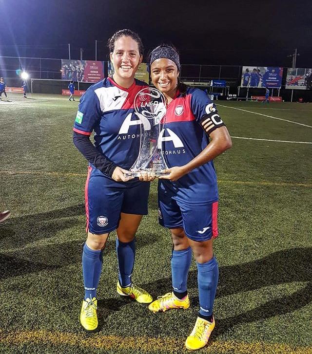 Lynette Ureña muestra uno de los trofeos conquistados en su carrera