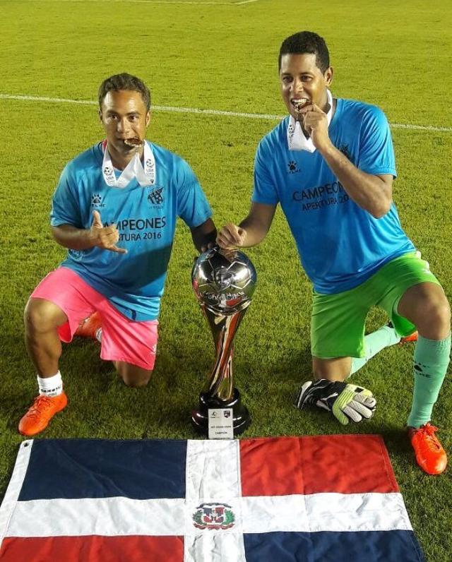 Jonathan Faña y Miguel Lloyd celebran el campeonato obtenido con el Árabe Unido