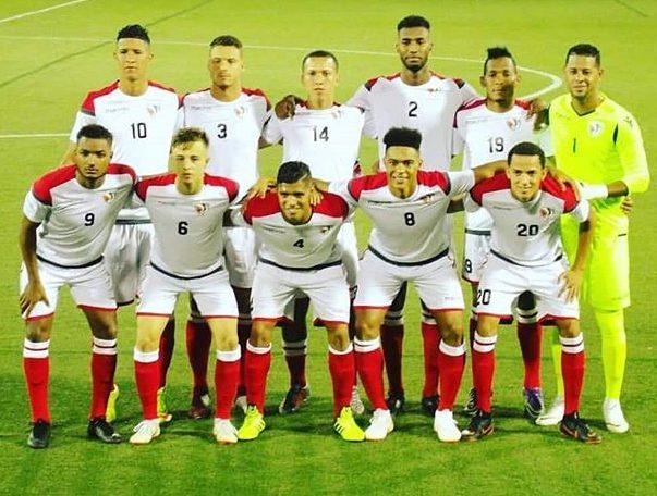 Miguel Lloyd posa junto a sus compañeros de la Selección Nacional de Fútbol Dominicana