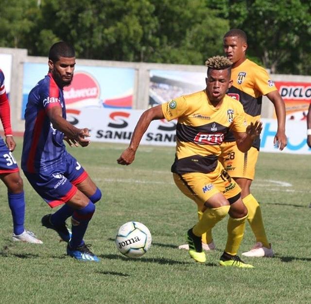 Acción entre Moca FC y Atlético Vega Real
