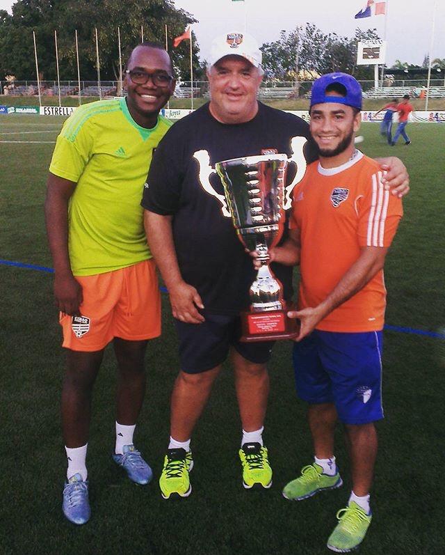 Edward Acevedo exhibe una de las copas ganadas con  la franquicia de Cibao FC