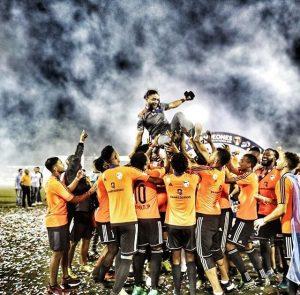 Edward Acevedo es izado por sus jugadores luego de ganar la LDF 2018