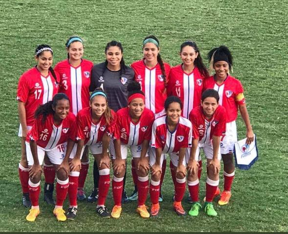 Lynette Ureña posa con sus compañeras de la Selección Femenina de Fútbol