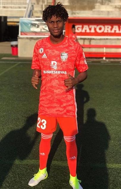 Dorny Romero posa sobre el césped del Estadio Cibao FC en el LDF Clausura 2019