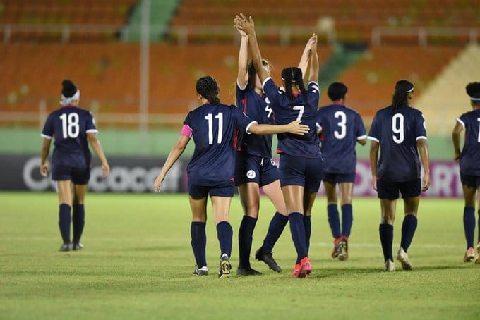 Las jugadoras de la selección femenil sub20 de Dominicana celebran su victoria frente a El Salvador