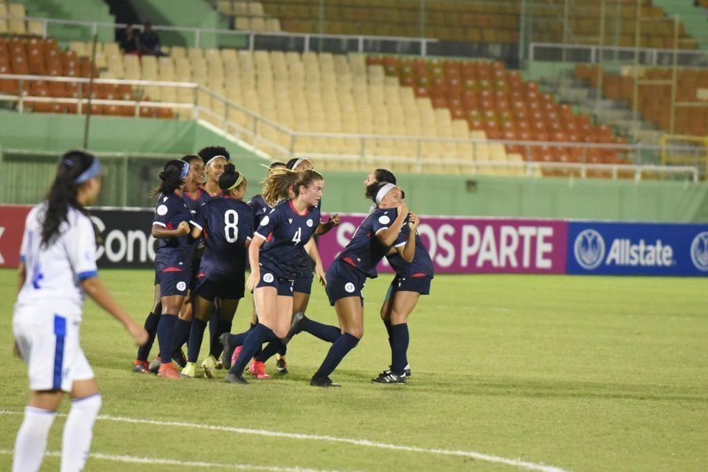 Jazlyn Oviedo celebra después de anotar el gol del empate para Dominicana