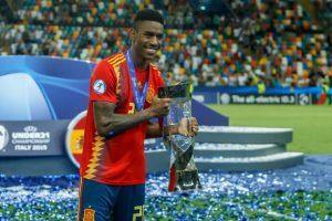 Junior Firpo muestra el trofeo de la Euro sub-21
