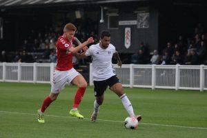 Nicolás Santos en acción con el Fulham B de la Premier League 2