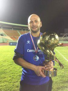 Nahuel Bernabei muestra el trofeo LDF obtenido con Atlántico FC en 2017