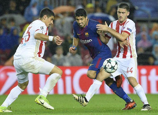 Sasa Zdjelar (derecha) del Partizan de Belgrado, defiende a Luis Suárez del FC Barcelona