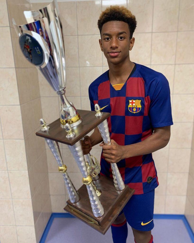 Alejandro Balde muestra la copa que ganó con el Barcelona juvenil en Eslovaquia