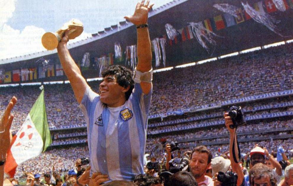 Maradona levanta una de sus copas mundiales ganadas con Argentina